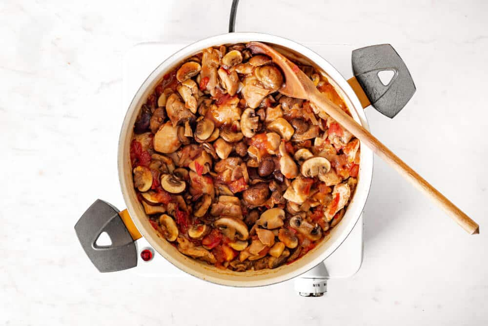 Chicken with Mushrooms in Tomato Sauce